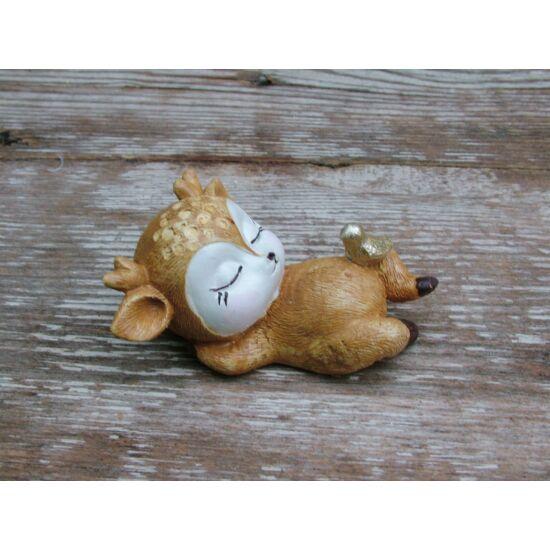 Alvó őzike figura madárkával